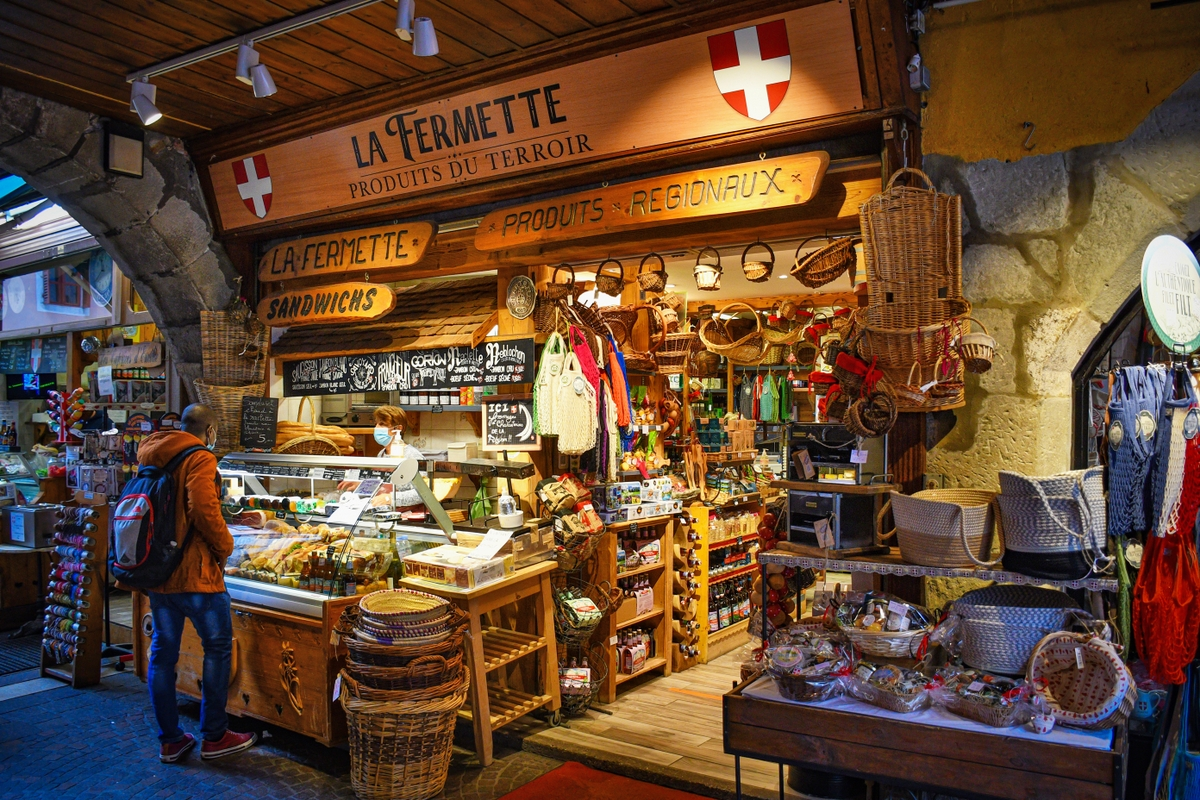 Shop under the arcades in Annecy © French Moments