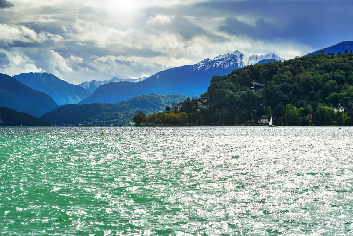 On the shore of Lake Annecy © French Moments