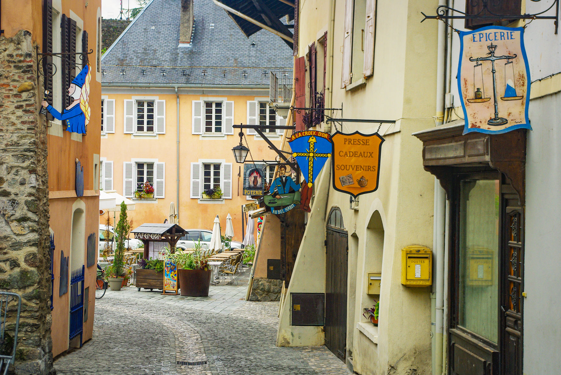 Conflans - Artisans' stores in the Grande Rue © French Moments