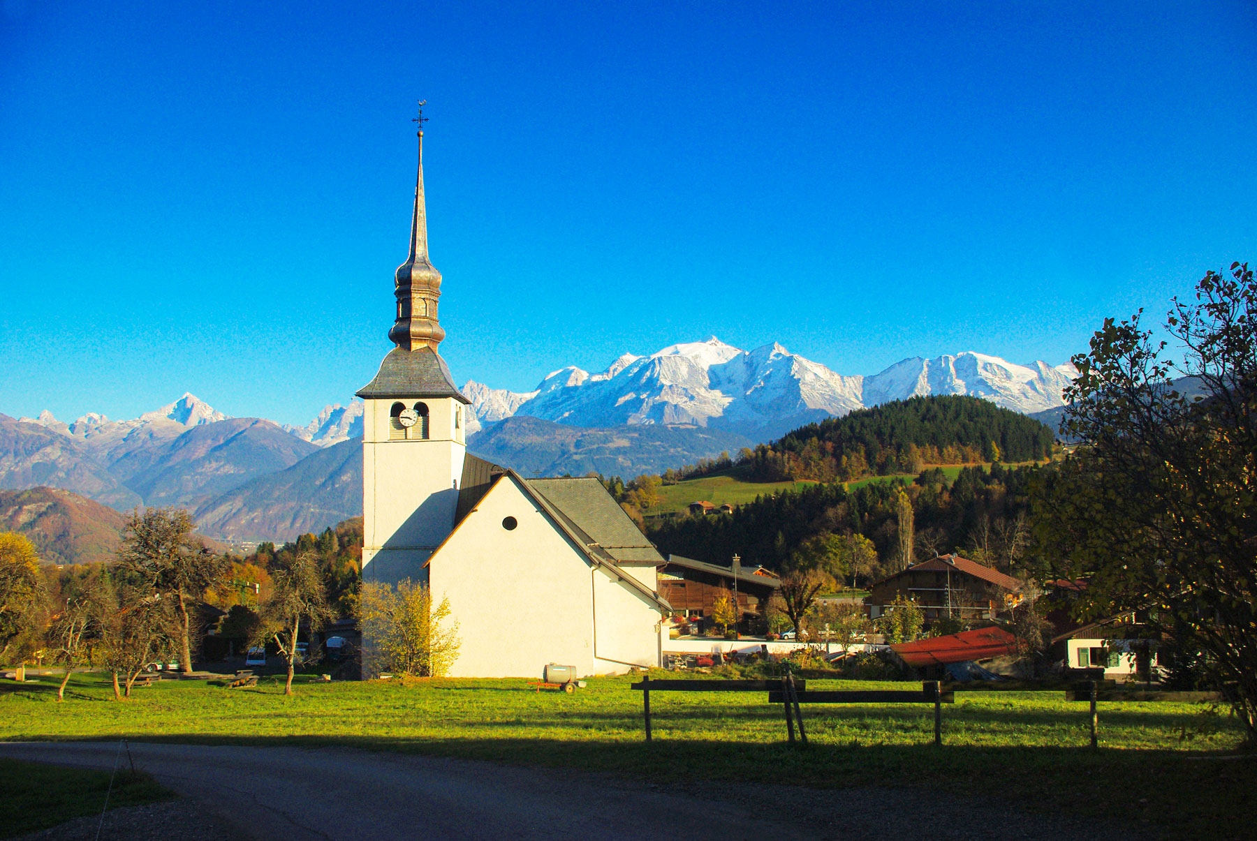 The church of Cordon and the view on the Mont Blanc © French Moments