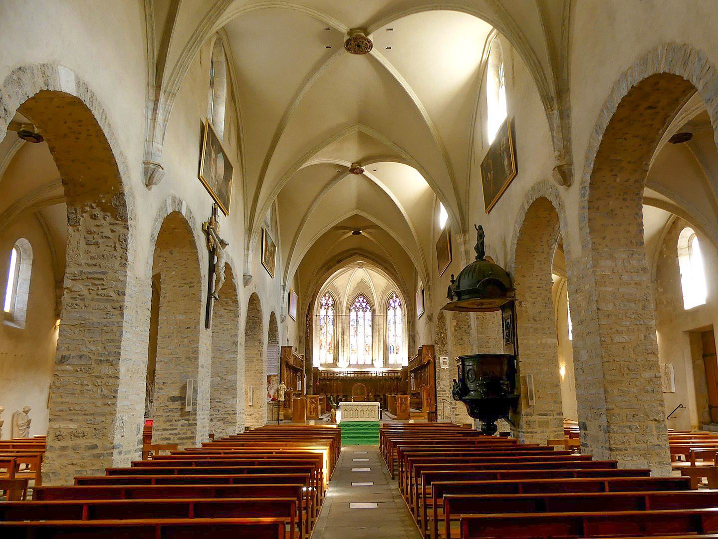 The nave of the cathedral of Saint-Jean-de-Maurienne © Florian Pépellin - license [CC BY-SA 4.0] from Wikimedia Commons
