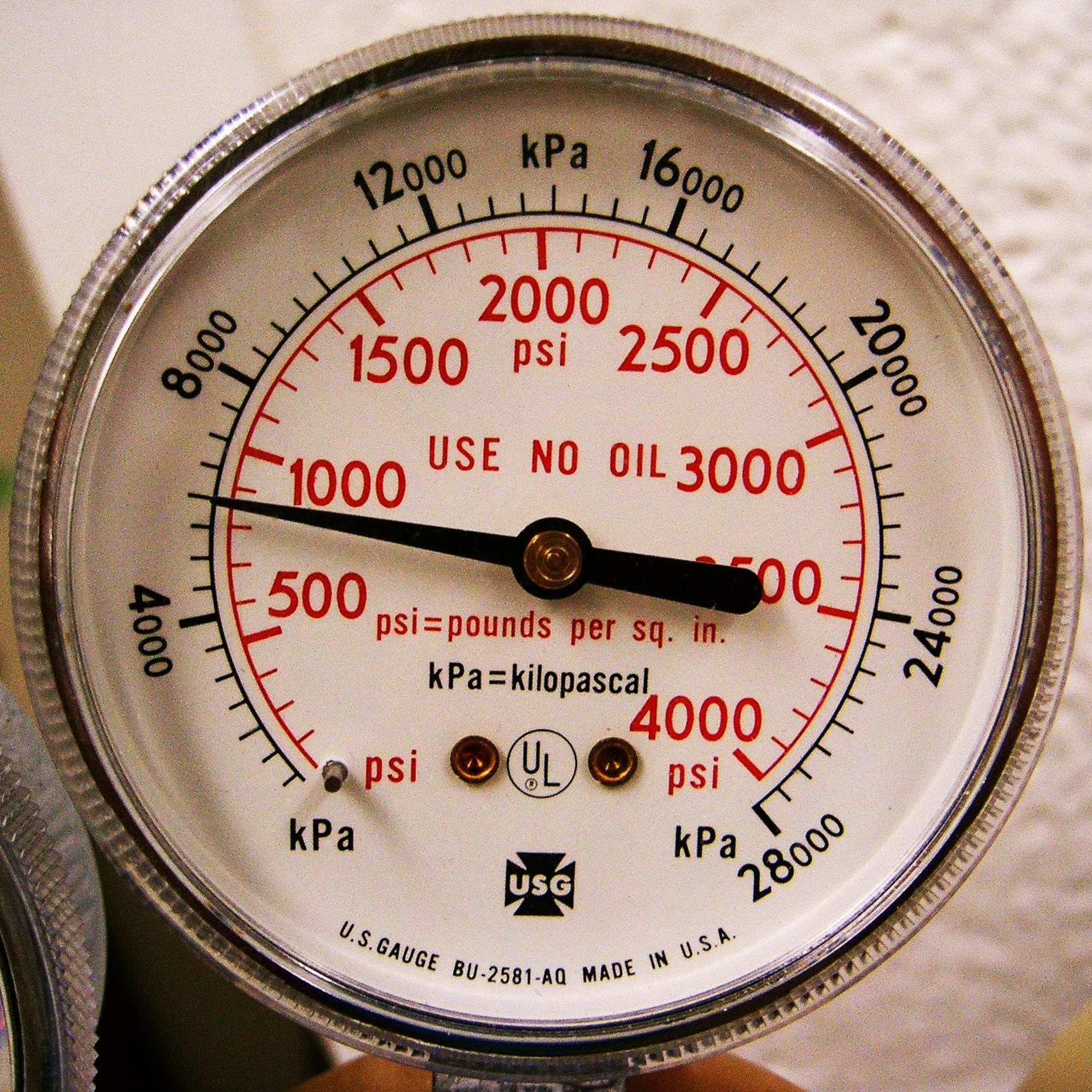 A pressure gauge reading in psi (red scale) and kPa (black scale) © leapingllamas - licence [CC BY-SA 3.0] from Wikimedia Commons