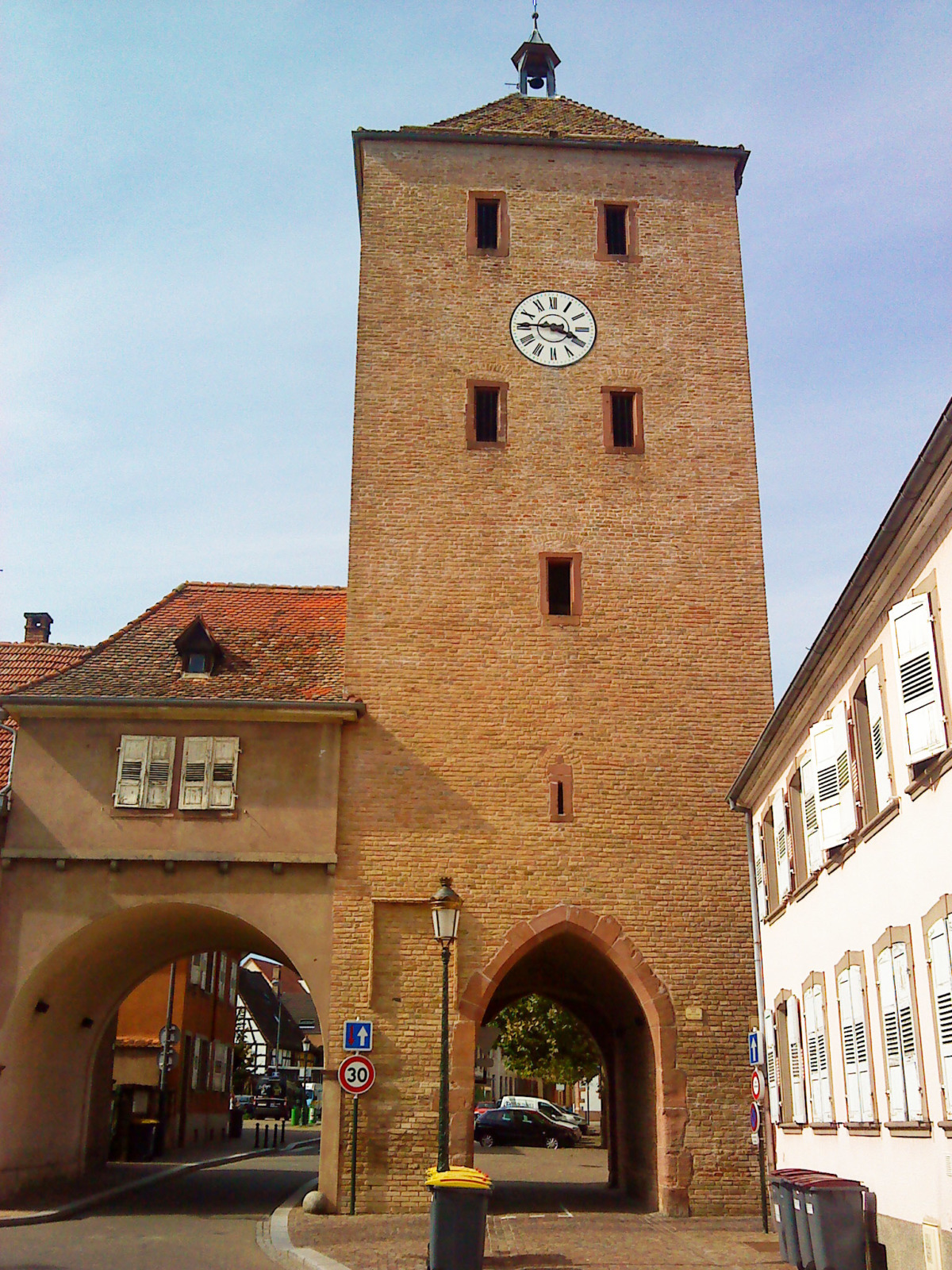 City gates of Alsace - Haguenau Porte des Chevaliers © Globeroutard - licence [CC BY-SA 3.0] from Wikimedia Commons