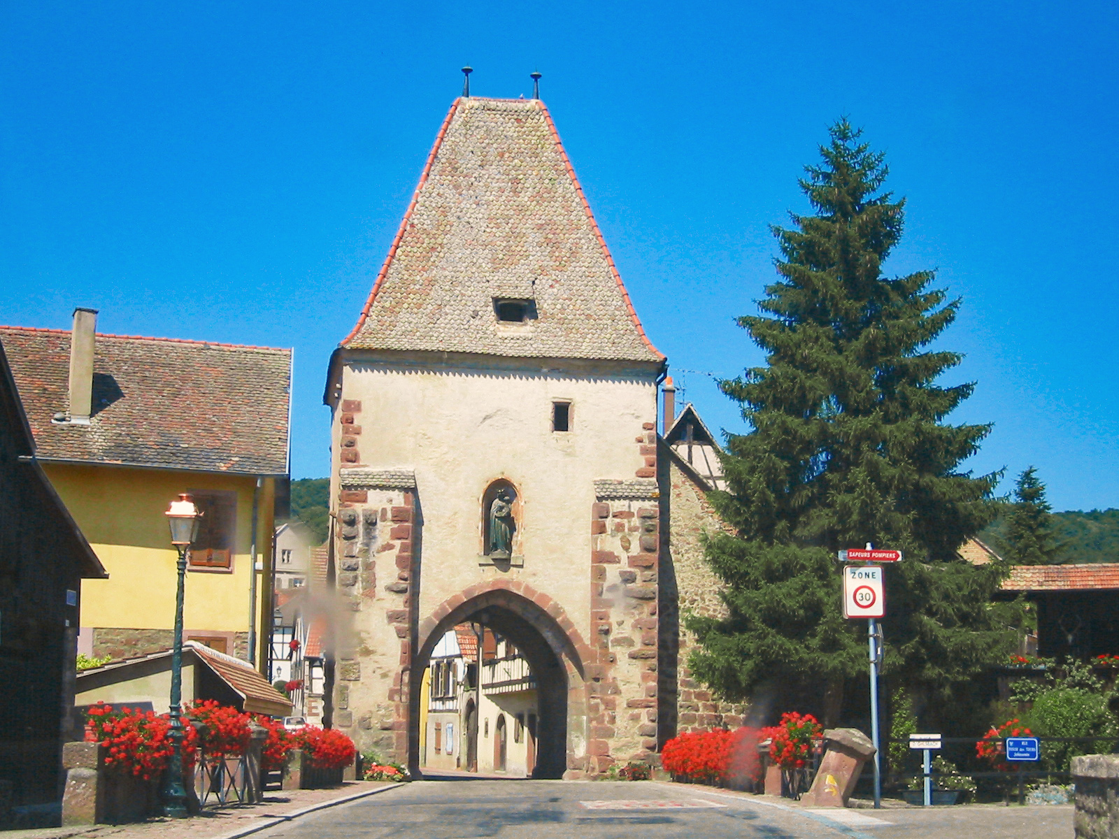 Fortified City Gates of Alsace - Tour Basse, Bœrsch © David Pursehouse - licence [CC BY 2.0] from Wikimedia Commons